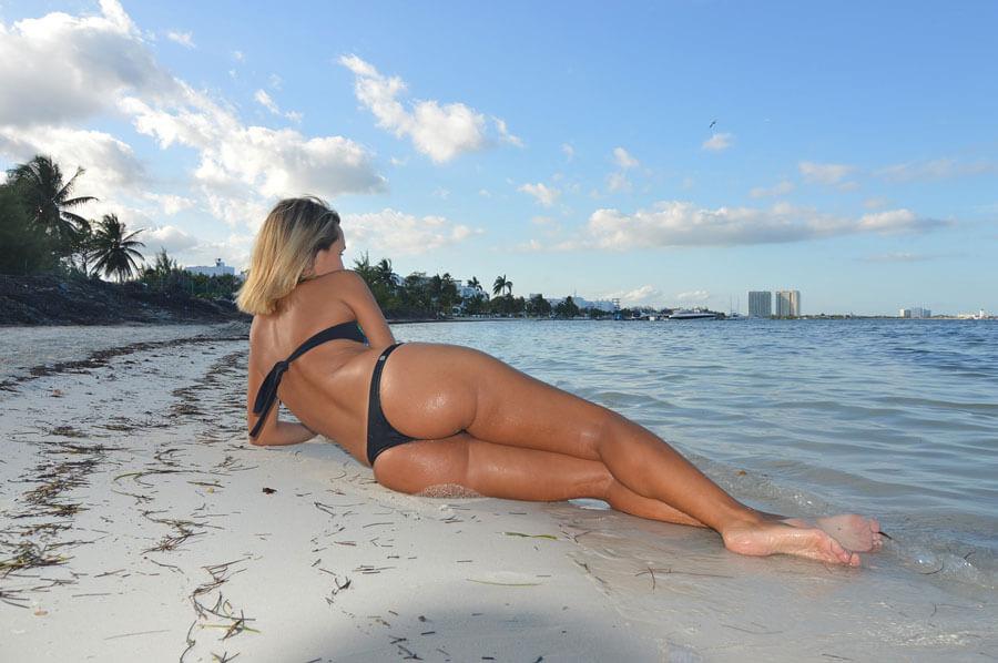 El placer de ir a una playa nudista con una escort